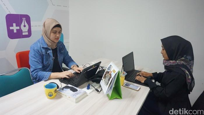 Berjam-jam duduk di kantor merupakan salah satu bentuk gaya hidup sedenter yang bisa berisiko menimbulkan banyak penyakit. (Model: Yasmin Nur Safira/Foto: Frieda Isyana Putri)