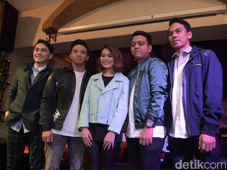 Band Geisha saat memperkenalkan vokalis baru bernama Regina Poetiray di Pisa Kafe, Menteng, Jakarta Pusat, Rabu (18/07). Foto: Pool/Noel/detikHOT