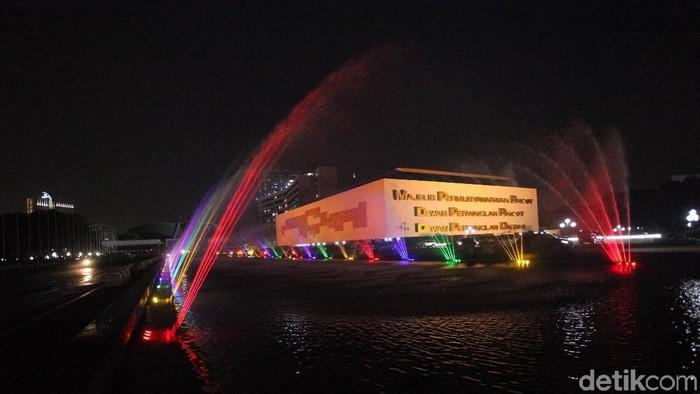 Komplek Parlemen Senayan terlihat cantik dengan dihiasi lampu warna-warni. Suasana itu dalam rangka menyambut HUT RI ke-73 dan juga Asian Games.
