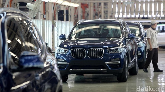 Melihat Perakitan All New BMW X3  Pekerja merakit mobil BMW All-new BMW X3 di BMW Production Network 2, PT Gaya Motor, Jakarta, Rabu (18/7). BMW Group Indonesia meningkatkan aktivitas produksinya dengan menambah investasi Rp20 miliar pada 2018, dana tersebut digunakan untuk memodernisasi jalur perakitan kendaraan yang diproduksi secara lokal di BMW Production Network 2, PT Gaya Motor. Grandyos Zafna/detikcom