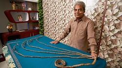 Setelah 66 tahun tidak pernah memotong kuku jari, Shridhar Chillal memutuskan memotong kuku-kukunya yang kini memiliki panjang sekitar 909,6 sentimeter.
