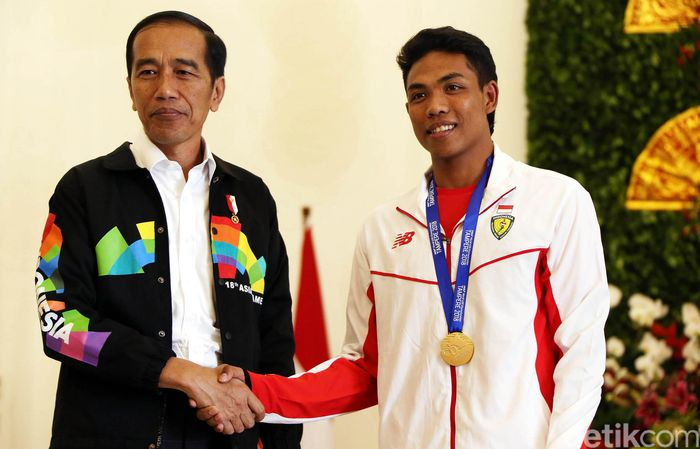 Presiden Joko Widodo (Jokowi) menerima kedatangan atlet lari juara dunia U-20 Lalu Muhammad Zohri di Istana Kepresidenan Bogor, Jawa Barat, Rabu (18/7/2018).