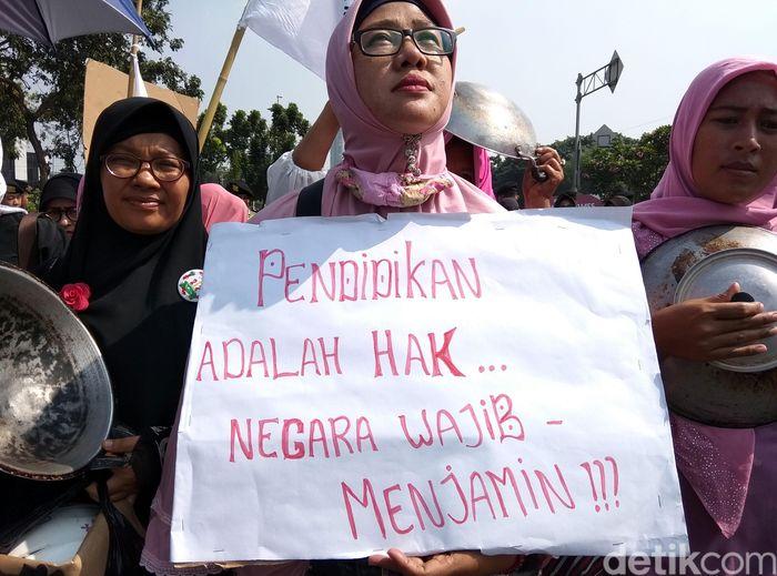 Ratusan emak-emak kumpul untuk lakukan aksi demo di depan Gedung Istana Merdeka