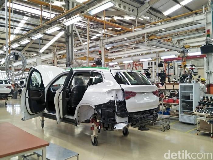 BMW secara konsisten tingkatkan aktivitas produksinya di Indonesia. Hal itu sejalan dengan pertumbuhan pasar akan mobil-mobil mewahnya tersebut. Dengan menambah investasi, kini tiap harinya pabrik lokal BMW Indonesia bisa memproduksi 16 unit. Berarti, tiap sejam sekali ada 2 unit BMW lokal yang terlahir.