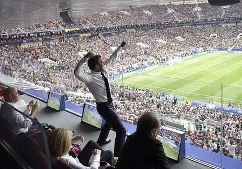 Selebrasi ikonik Macron ini terjadi pada final Piala Dunia 2018 yang berkesudahan 4-2 untuk kemenangan Prancis. Foto: 9GAG