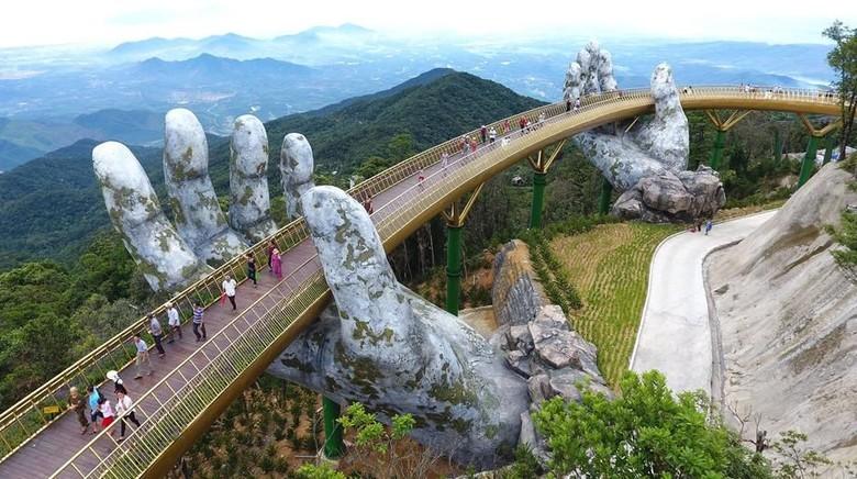 Salah satu jembatan di Da Nang, Vietnam memiliki panorama yang indah sekaligus memanjakan pengunjung karena bisa merasakan sensasi berjalan di atas tangan dewa.