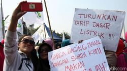 Tahu dari Facebook, Emak-emak Ini Kumpul Aksi di Depan Istana