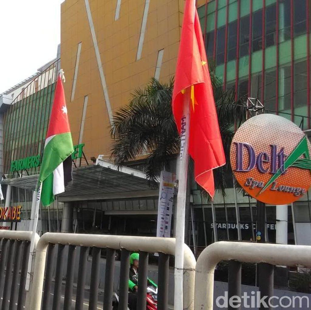 Foto: Bendera Peserta Asian Games yang Diikat Bambu Dipasang Lagi