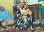 Istri Arinal Berikan Kaki Palsu untuk Bocah Difabel di Lampung
