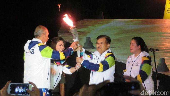 Wapres JK menerima api obor Asian Games 2018 dari Nasional Dhyan Chand, New Delhi, India dan api abadi Mrapen. (Noval/detikSport)