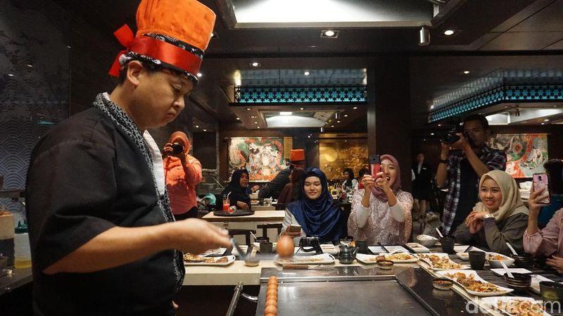Berbagai atraksi juga ditampilkan di sini, salah satunya kegiatan masak yang menghibur! (Shinta/detikTravel)