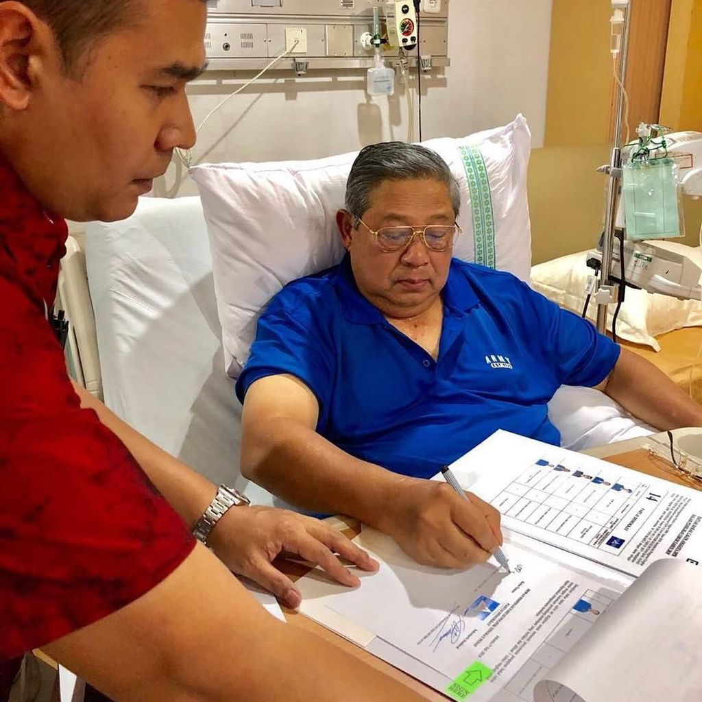 SBY Teken Berkas Caleg Demokrat di Rumah Sakit