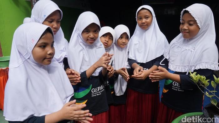 Saat enam siswi Sekolah Dasar Negeri 1 Limboto memperagakan gerakan cuci tangan yang benar. Foto: Suherni/detikHealth