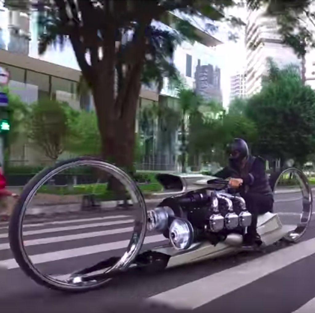 Gokil! Mantan Pebalap F1 Ini Bikin Motor Bermesin Pesawat