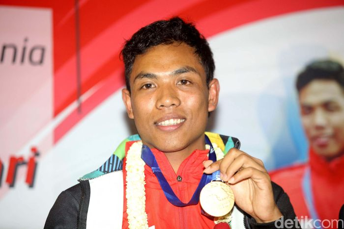 Zohri menunjukan medali emas yang diperolehnya dari kejuaraan IAAF World U20 Championships di Tampere, Finlandia.