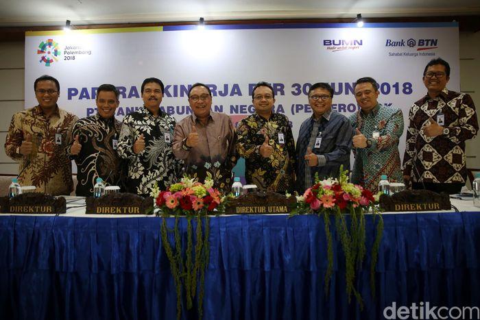 Direktur Utama PT Bank Tabungan Negara (Persero) Tbk. Maryono (ketiga dari kiri) didampingi Jajaran Direksi Bank BTN Yossi Istanto (kiri), Nixon L. P. Napitupulu, Budi Satria Andi Nirwoto, Iman N. Soeko, Oni Febriarto R., dan R. Mahelan Prabantarikso kompak mengangkat jempol pada acara Konferensi Pers Paparan Kinerja Bank BTN per semester I tahun 2018 di Menara BTN, Jakarta, Rabu (18/7).
