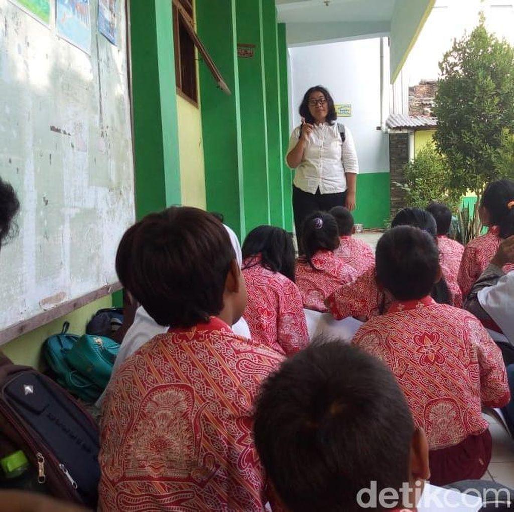 Menyedihkan, Siswa SD di Ponorogo Ini Nekat Belajar di Emperan