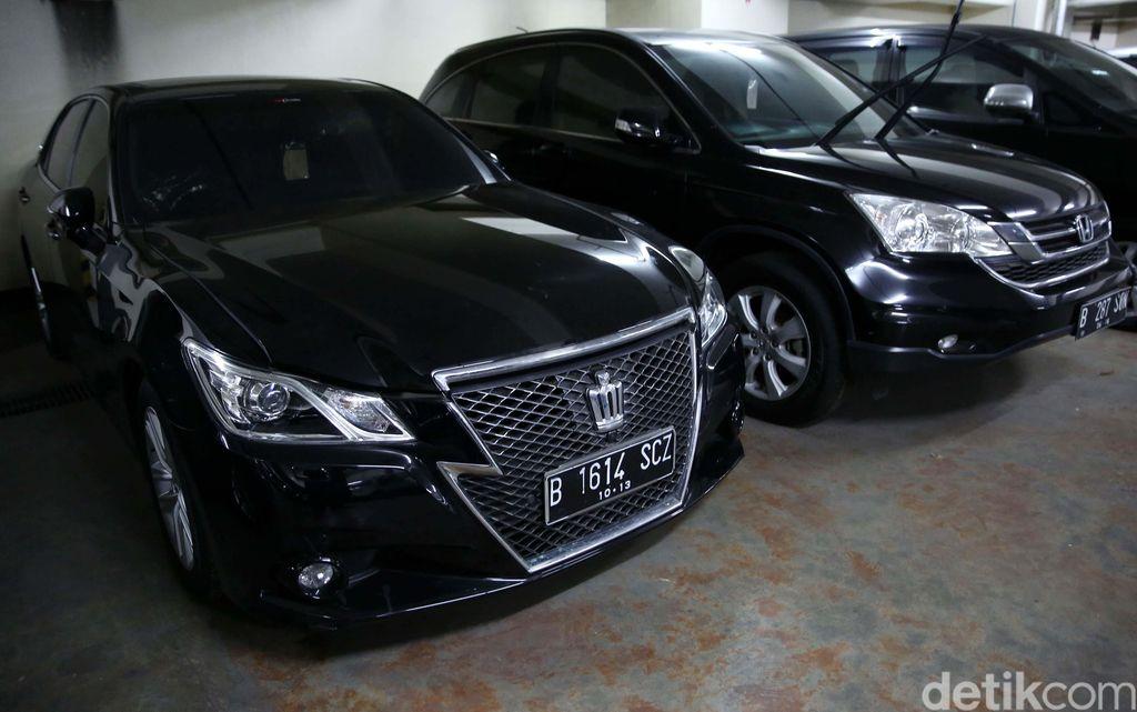 KPK melelang sejumlah aset terpidana korupsi. Dua mobil bekas milik eks Ketua Mahkamah Konstitusi (MK) Akil Mochtar ikut dilelang.