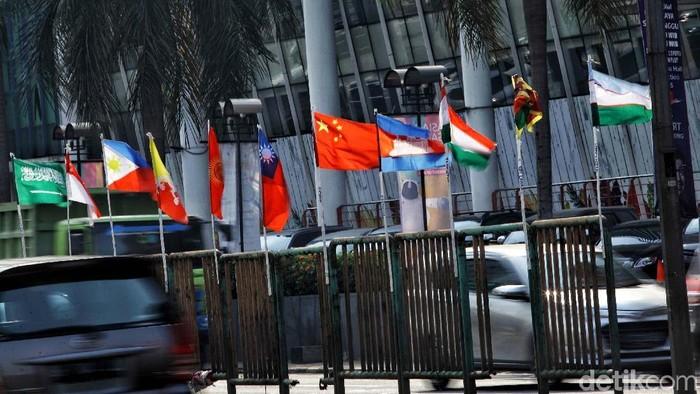 Bendera negara peserta Asian Games yang diikat bambu Penjaringan, Jakarta Utara/Foto: Pradita Utama