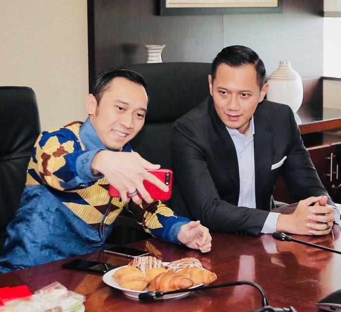 Edhie Baskoro Yudhoyono atau akrab disapa Ibas Yudhoyono kini aktif dikenal sebagai politisi dari Partai Demokrat. Ia juga sering mengabadikan momen makannya bersama keluarga tercinta di akun Instagramnya. Foto: Instagram @ibasyudhoyono