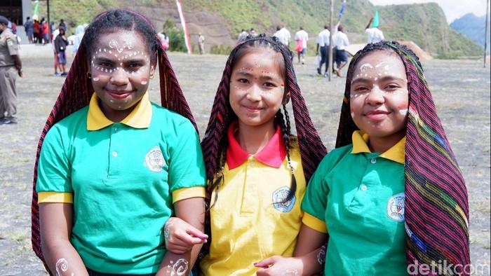Herlin, Joice dan Mulinsha siswi SMP Negeri 1 Mulia, Puncak Jaya, Papua. Foto: Adi Fida Rahman/detikINET
