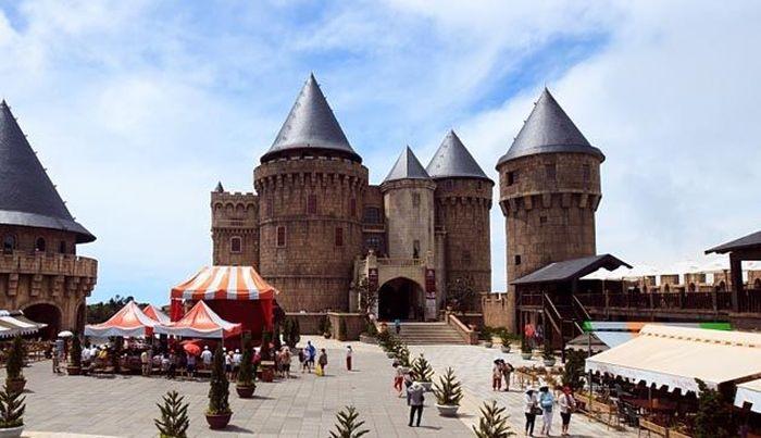 Sebuah resor pegunungan yang diwarisi dari Prancis bernama. Lahan resort Ba Na yang subur memiliki cuaca sejuk yang menyegarkan. Tourindanang.com/guide/ba-na-hill-station.