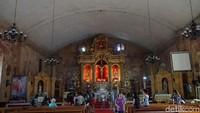 Memasuki gereja, ruangan yang begitu luas akan menyambut pengunjung. Bangku-bangku untuk jemaat tersusun rapi menghadap Patung Yesus (Syanti/detikTravel)