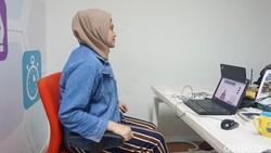 Duduk berlama-lama bisa menyebabkan badan pegal-pegal dan tak nyaman. Yuk coba ikuti stretching simpel yang bisa kamu lakuin di kursi kantor!