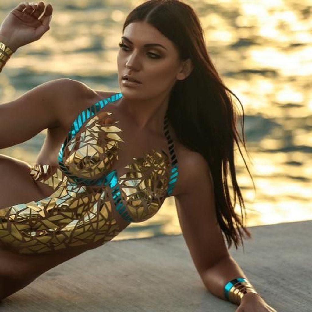 Foto: Saat Model Tampil Seksi Pakai Baju Renang dari Selotip