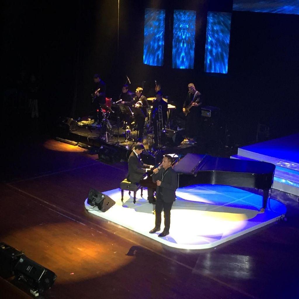 Memori hingga Tawa di Konser Perdana The Piano Man Candra Darusman
