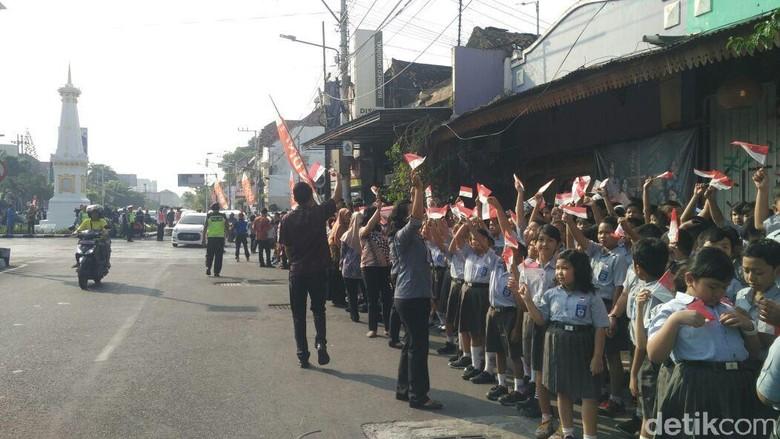 Meriah! Ratusan Siswa Siap Sambut Obor Asian Games di Tugu Yogya