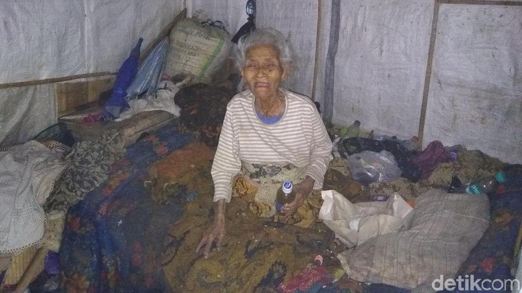 Kisah Mbah Marinem Hidup Sebatang Kara di Gubuk Reyotnya