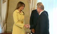 Melania Trump bersalaman dengan Vladimir Putin.