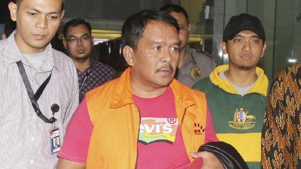 Tersangka suap yang juga Bupati Labuhanbatu Pangonal Harahap memakai rompi tahanan usai menjalani pemeriksaan di Gedung KPK, Jakarta, Rabu (18/7).