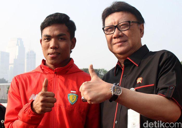 Tjahjo Kumolo dan Zohri mengacungkan jempolnya di sela-sela pemberian penghargaan di Stadion Madya Gelora Bung Karno, Jalan Asia Afrika, Jakarta Pusat, Kamis (19/7/2018).