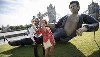Patung Raksasa di London Ini Jadi Pusat Perhatian
