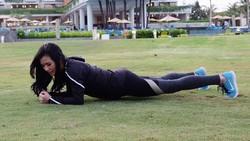 Istri dari aktor Joe Taslim, Julie Taslim, juga gemar berolahraga demi menjaga kesehatan dan bentuk tubuhnya. Ibu-ibu, jangan mau kalah sama suami!