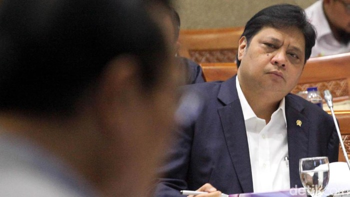 Menteri Perindustrian Airlangga Hartarto menghadiri rapat kerja dengan Komisi VI di gedung DPR RI, Jakarta, Kamis (19/7/2018). Rapat membahas laporan keuangan kementerian di tahun 2017.