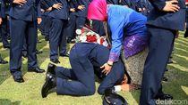 Momen Haru Orang Tua dan Perwira TNI Usai Dilantik Jokowi