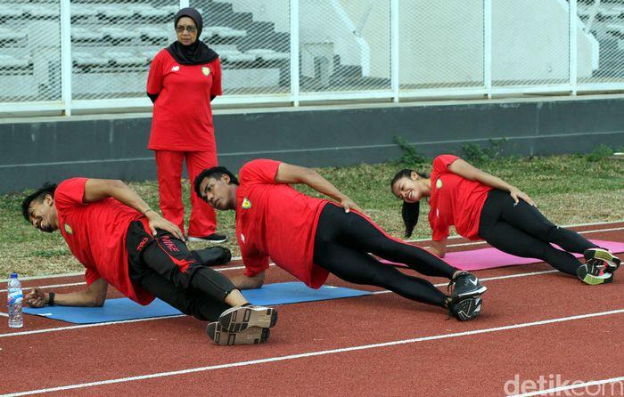 Bersama para atlet lainnya, Zohri melakukan pemanasan sebelum latihan berlari.