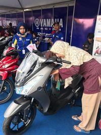 Pengunjung melihat fitur Yamaha Lexi (Foto: dok. Yamaha)