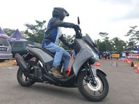 Pengunjung melakukan test ride Yamaha Lexi (Foto: dok. Yamaha)