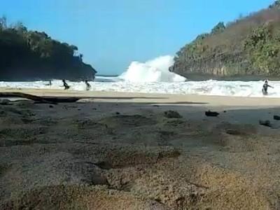 Heboh di Sosmed, Lagi Kemping di Pantai Dihantam Ombak