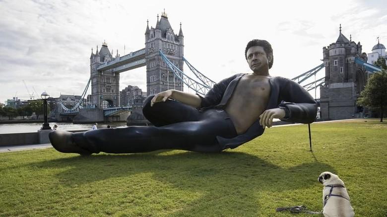Patung Raksasa Jeff Goldbulm di London Dikritik karena Semi-Topless
