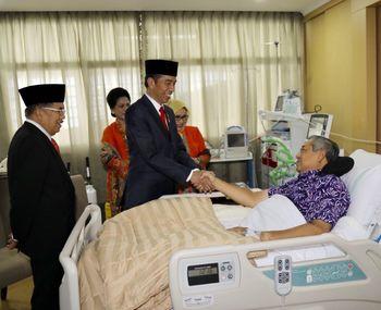 Foto: Bersalaman, Ini Momen Jokowi-JK Jenguk SBY di RSPAD