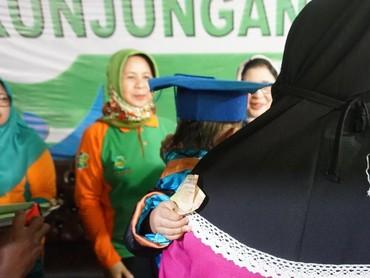 Kegiatan ini digelar di Desa Iloponu, Kecamatan Tibawa, Kabupaten Gorontalo, dan dilakukan dengan harapan orang tua tidak lupa jadwal imunisasi anak.
