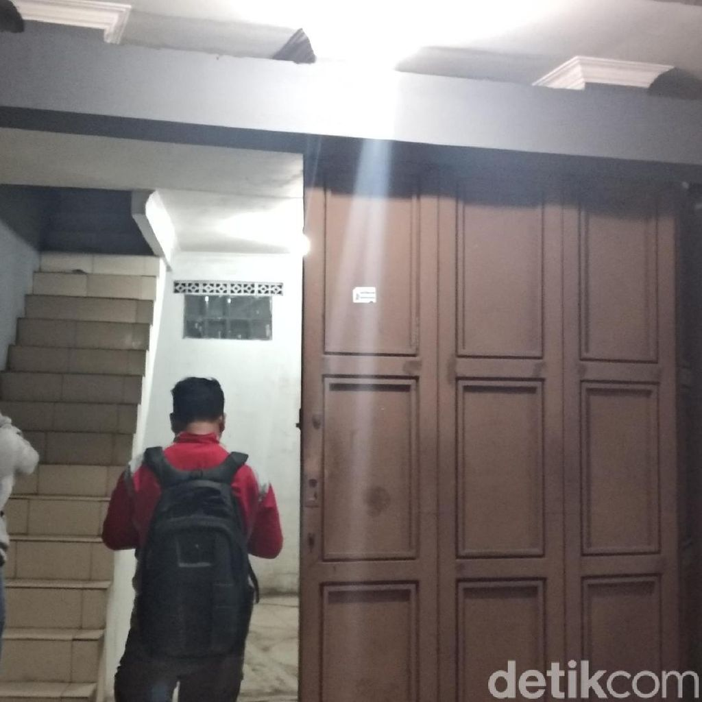 Densus 88 Geledah Sebuah Rumah di Mekarwangi Bandung