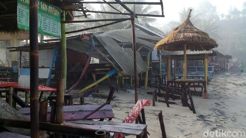 Kios-kios di Pantai Klayar Pacitan Rusak Diterjang Gelombang Tinggi