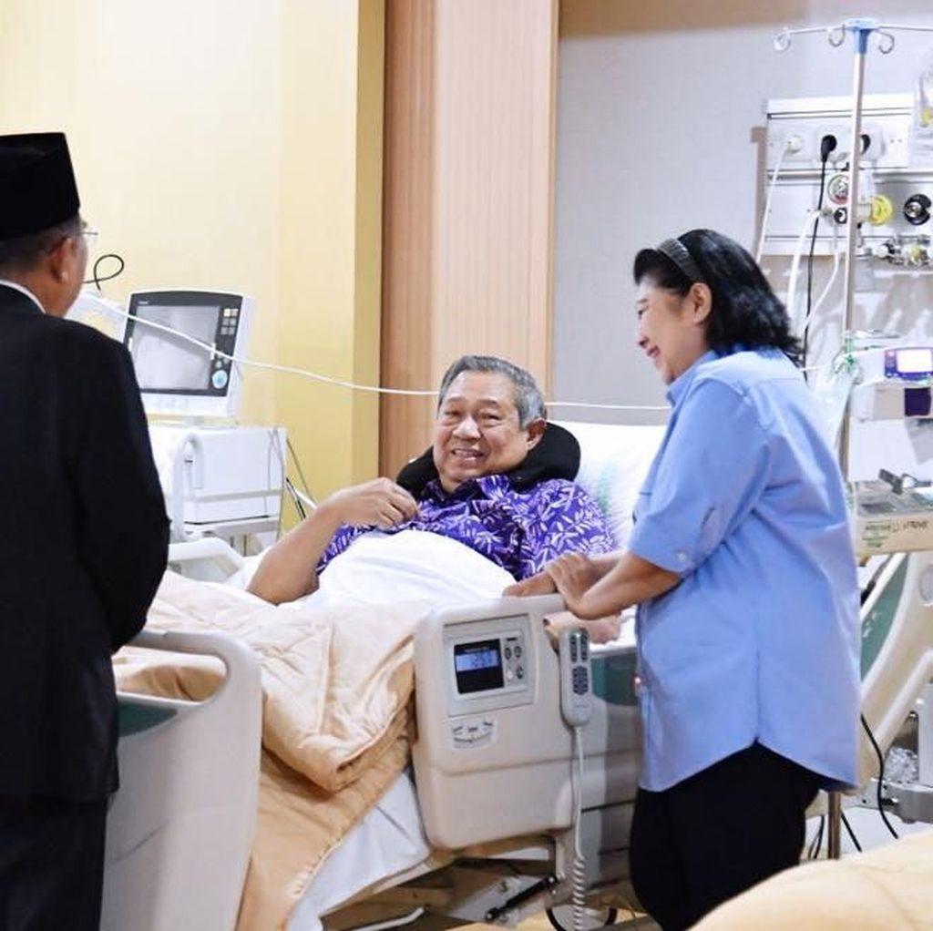Foto: Tawa Jokowi, SBY, dan Bu Ani di Ruang Rawat RSPAD
