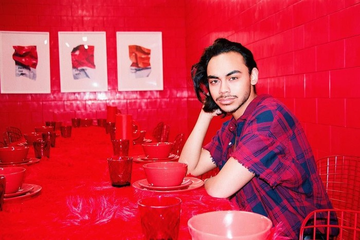 Rafi yang baru saja meluncurkan project Bhinneka di MPR ini sedang kuliah di New York City, AS. Ini gayanya saat mampir ke sebuah restoran di Brooklyn. Interior serba merahnya terlihat matching dengan baju Rafi ya? Foto: Instagram rafihaikal123